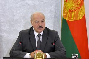 Jag hoppas så innerligt att de väl inövade talen om Lukasjenkos storhet som jag fick höra så många gånger endast var en sista dödsryckning från en regim som strax hör till historien, skriver Karin Karlsbro. Foto: Andrei Stasevich, TT.