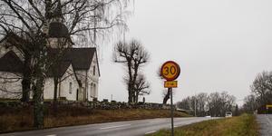 Dagtid på vardagar gäller 30 kilometer i timmen vid kyrkan.