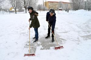 Hamza Jabakji och Mehmet Ayik i 5B på Tjärnaskolan ser till att både röra sig och samla till välgörenhet på idrottslektionen. Innan skridskorna åkte på fick eleverna hjälpas åt att sopa bort snö från isbanan.