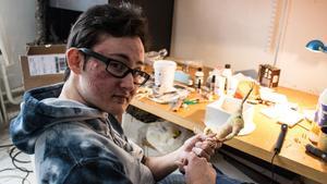 20-årige Ethan Johansson bygger ihop en karaktär för hand.