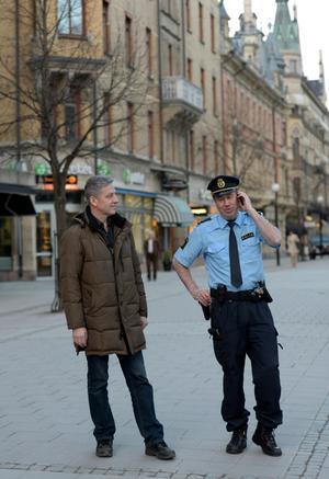 Lennart Westberg (till höger) bredvid polisexpert,  Anders Rydberg. Bild: Arkiv