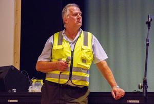 Mats Hofgren i varselväst. En sådan klädsel – tillsammans med hjälm och grova kängor – är nödvändig inte bara för arbete i branddrabbad skog, utan för att vistas där över huvud taget.