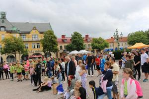 Lägertalangerna lockade många besökare till Stora torget.