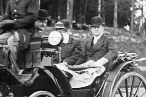 1912. Professor Hjalmar Sjögren och några herrar fotograferade i en öppen vagn. Bilden är tagen i området som nu är Destination Gotlands kajläge. Bilden är kraftigt beskuren. Bild: Nynäshamns bildarkiv
