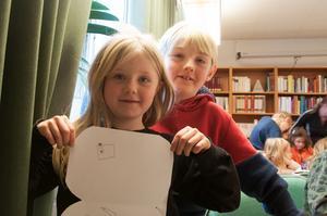 syskonen Anna och Olle Björklund tyckte att deckarskolan var rolig. Anna ritade bland annat en kamera i sin deckarväska.