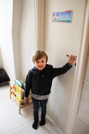 Jacob vill att jag blundar innan han öppnar dörren till sitt rum.
