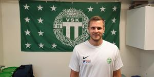 Jonsson framför sitt nya klubbmärke och inför sin första säsong i VSK. Foto: Filip Lindfors
