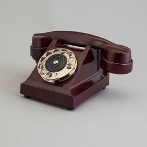 En gammal klumpig telefon. Just den här märkt LM ERICSSON är original från 30-talet och klubbades för hela 4600 kronor på Bukowskis Market.
