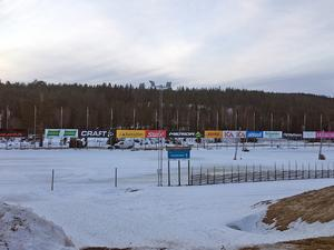 Vasaloppets startplats  täcks  bara av ett tunt och isigt snötäcke.