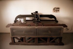 I källaren står den gamla mangeln kvar i sitt originalskick. Den är fortfarande användbar.