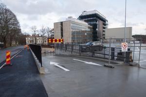 Det pågår fortfarande arbeten vid parkeringsdäcket. I mars trodde kommunen att det skulle öppna