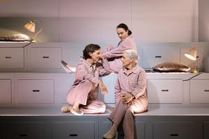 Skådespelarna Rebecka Hemses-, Marika Lindströms- och Angela Kovács tolkning av familjen Bergman-Ullman är briljant, enligt ÖP:s recensent. Foto: Pressbild.