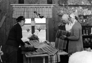 På bilden visar Solveig Österberg tyger för turisterna Siv Berkensjö, Smedjebacken, och Kristina Berkensjö, Västerås.