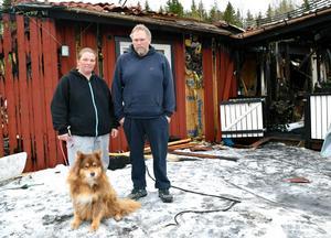 Det var känslosamt för Petra och Peter när de tillsammans med Pepsi tittade närmare på det totalförstörda huset.