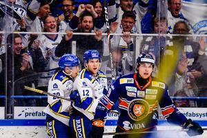 Fredrik Forsberg gratuleras av David Rundqvist efter sitt 3–2-mål.