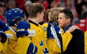 Förbundskaptenen Tomas Montén försökte gjuta mod i de besvikna spelarna efter slutsignalen.Foto: Joel Marklund/Bildbyrån.