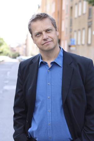 En av vårens svenska romandebutanter. Tidigare skådespelaren Carlo Schmidt skriver effektiv underhållning.