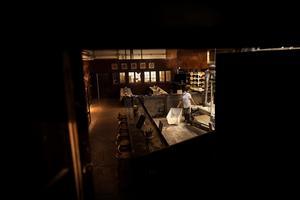 Skedvi bröds bageri sitter ihop med saluhallen. En trappa ned kan besökarna se på när brödet tillverkas.