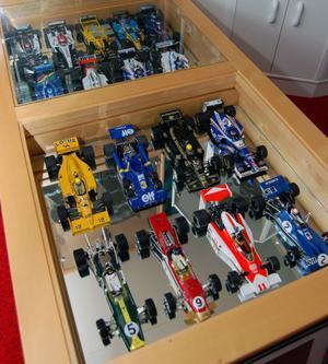I vardagsrum och i hobbyrum finns två stora glasbord. Under glasen står formel 1 bilar i startlägen i utformning av modellbilar av följande namnkunniga kvartett i pole position: James Hunt, Graham Hill, Jim Clark och Jackie Stewart.