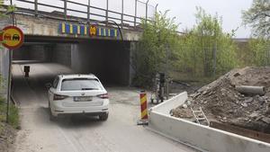 I augusti eller september ska den smala gångremsan (till vänster i bild) ha uppgraderats till en bredare gångväg. Vägarbetet på andra sidan tunneln, bakom Lidl, ska också slutföras. Asfalteringen sker i mitten av juni. På den platsen kommer vägen vara avstängd i en månad till.