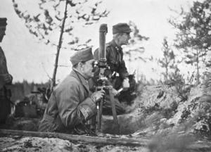 Fältmarskalk Gustaf Mannerheim följer striderna vid floden Syvöri i Östkarelen under finsk-rysk-tyska kriget 1941.