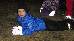 Frank Lindström, 7 år, tog igen sig en stund i gräset under tal och sång.