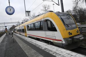 Att sträckan ned till Smålandsstenar, som ingår i Länstrafikens område, riskerar att mista tågtrafiken är ett bevis på bypolitik, menar artikelförfattaren.