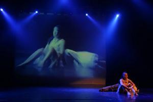 Scenografin till Kristine Westman Elorzas dansverk består av Robert Ferms bilder. Han har tidigare fotat dansarna som sedan dansar i takt till bilderna och musiken. Foto: Robie Törnell
