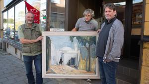 Roger Hamarström, Lennart Westerlund och Peter  Andersson, trion bakom Trio antik.  Konstnären heter  Stig Thiderman.