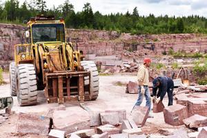 Runt tio personer jobbar på industrin och i stenbrottet.