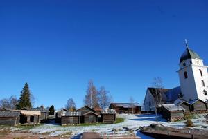 Rättviks kyrka och kyrkstallarna är liksom Rättviksmålet centrala element i hembygdskänslan i Rättvik. Och kyrkan bidrar till att hålla dialekten levande.