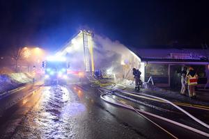 Så här såg det ut under kvällen då fastigheten brann.