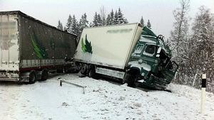 En lastbil blev rejält demolerad i olyckan i höjd med maj.