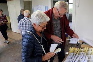 Kerstin Warnicke och sambon Kent Lundin plockar valsedlar.