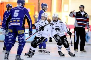 Jonas Kandell dömde SM-finalen mellan Sandviken och Villa Lidköping 2012. SAIK vann med 6–5. Här jublar Christoffer Edlund och Erik Pettersson. Claudio Bresciani (TT)