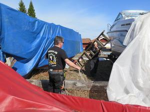 Janne Persson och Sam Boström fixar inför båtsäsongen.