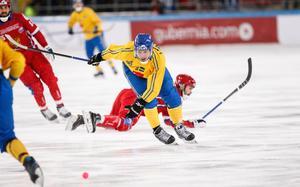 Sveriges Joakim Andersson i VM-finalen i bandy mellan Ryssland och Sverige. Bild: Rikard Bäckman/Bandypuls.se/TT.