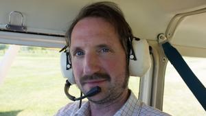 NT:s reporter Tobias Bernander i planets passagerarsäte. Foto: Sune Pettersson