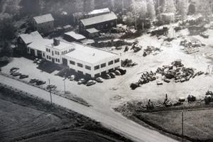 Så här såg Ösa ut 1953, då lokalerna växte till drygt 1 000 kvadratmeter. Den första utbyggnaden gjordes 1950, då med en utökning på 250 kvadrat. Längst till vänster skymtar smedjan där Jonas Östberg startade 1918. Foto: Ösa-museet