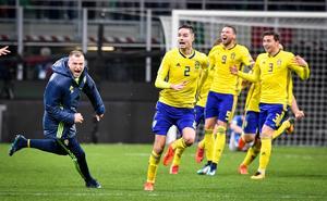 Sveriges John Guidetti och Mikael Lustig med flera jublar efter slutsignalen i VM-playoffen mot Italien. Bild: Jonas Ekströmer/TT Nyhetsbyrån.