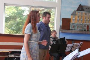 Veronica Janunger Sjöberg och Andreas Franzén sjunger duett.