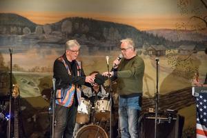 Den mångårige Streaplers-sångaren Ove Pilebo fyller 75 år på måndag och fick redan på söndagskvällen motta en present av Ulf Nilsson.