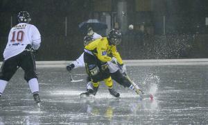 Det var inte lätt att prestera något underhållande spel i regnet. Foto: Stefan Lindgren