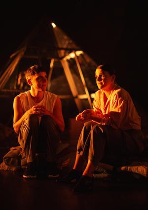 Björn Johansson och Cecilia Wernesten spelar Per Jonssons mor och syster, de berättar om honom sittande på filtbylten från gården där hemma. Pressfoto: Märta Thisner