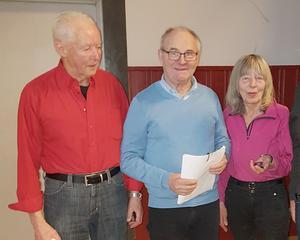 Vid PRO Hede-Vemdalens årsmöte den 4 mars erhöll, från vänster, Reidar Georgsson, Ronny Nyberg och Eva Nyberg, PRO:s  förtjänsttecken för fem års aktivt arbete i föreningen. Foto: Åke Nilsson