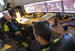 Daniel Lindgren och Tobias Sköld i kontrollrummet. Om fabriken flyter på som den ska tillbringas större delen av arbetsdagen här.