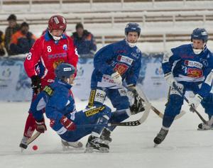 Den finska trion Rolf Larsson (på knä), Samuli Helavuori (Bollnäs) och Ilari Moisala (Broberg) i kamp med Rysslands Alexander Tyukavin när de båda lagen möttes i VM-semifinal i Kazakstan i vintras.