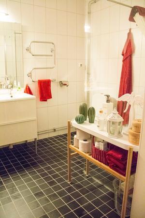 Blombordet i badrummet används till annat än blommor.