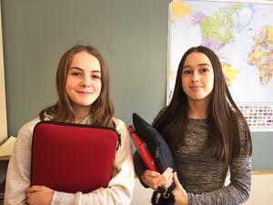 Lite tagna efteråt var eleverna Tuva Ekström och Adna Osmanhodzic.