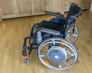 Leffe Persson som är rullstolsburen sedan fem år resonerar om Regionens avgift på hjälpmedel. Foto: Gorm Kallestad/TT